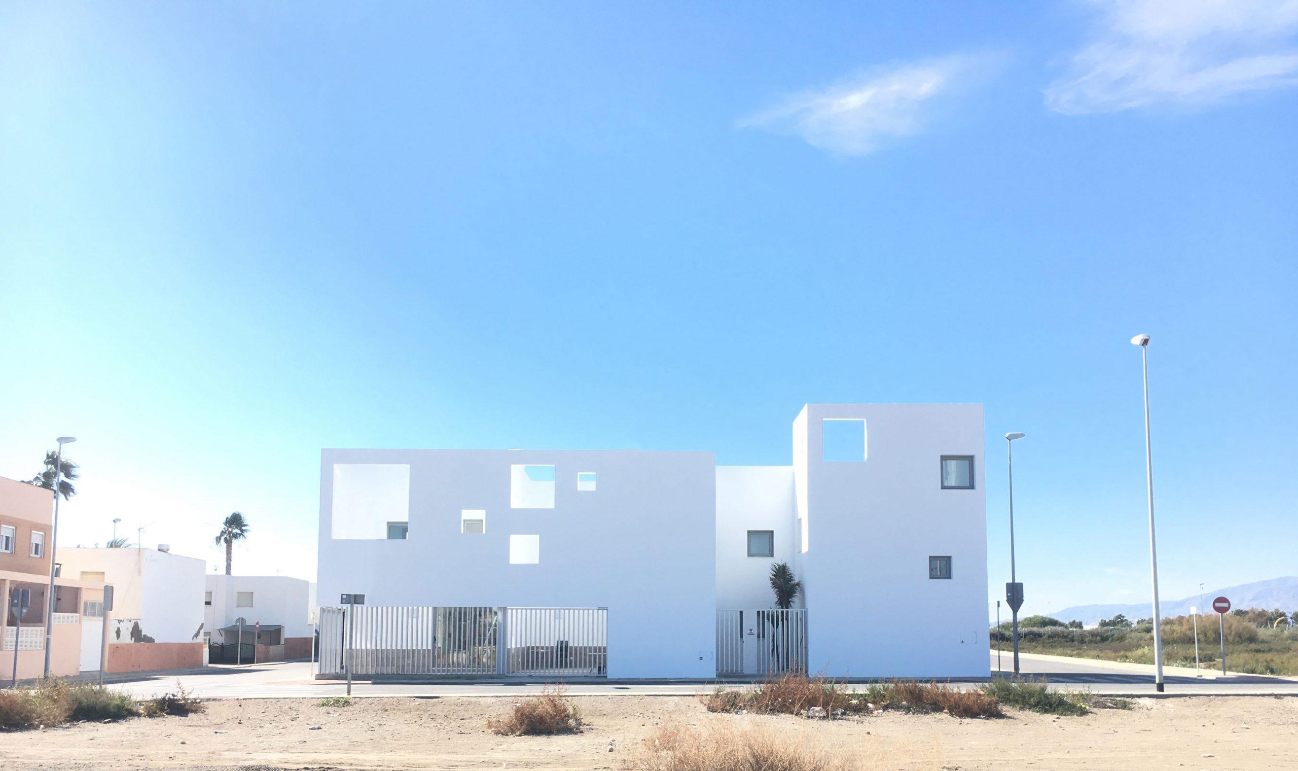 fachada principal blanca